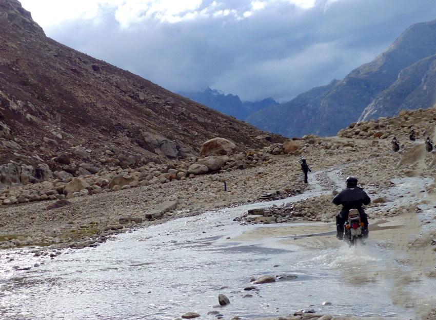 motard dans vallée Spiti Inde