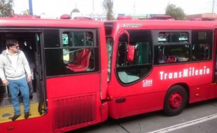 Al menos 75 personas valoradas por accidente de tres buses de Transmilenio