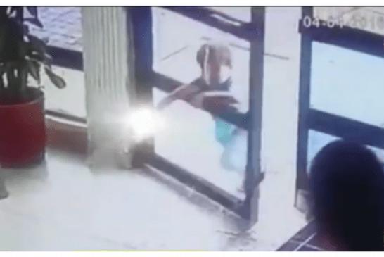Niño de 5 años gravemente herido tras tropezar con puerta de vidrio en conjunto residencial
