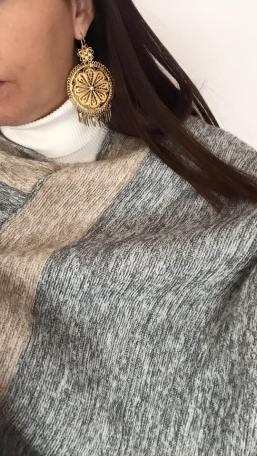 Quexquémetl de lana y aretes de filigrana oaxaqueños.
