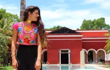 Desde Hacienda Temozón con blusa de bordados locales. (Yucatán)
