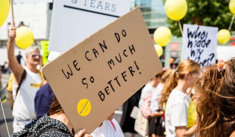 Morgen ist Weltfrauentag: Warum Feministinnen auch übermorgen auf Fast Fashion verzichten sollten