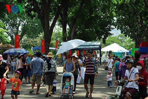 Trong ngày nghỉ lễ, người dân thành phố tập trung ở các khu vui chơi.