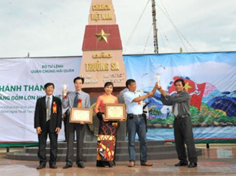 Họa sỹ Nguyễn Thu Thủy cùng ê kip nhận kỷ lục