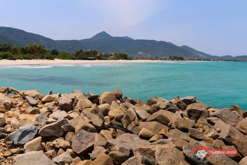 Вид с камней на пляж Джангл Бич