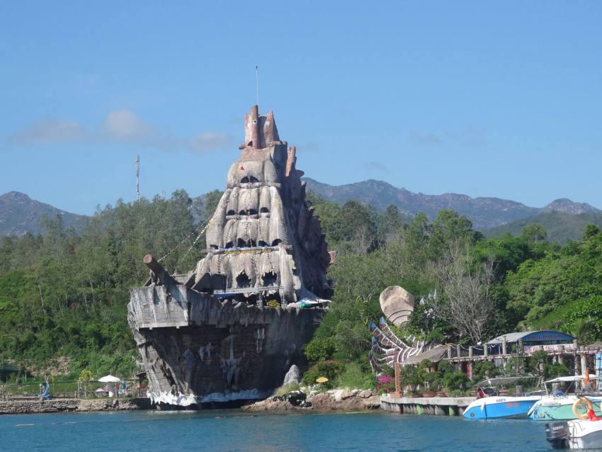 Аквариум в форме парусника на острове Хон Миеу