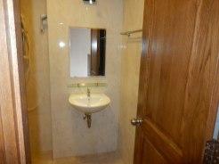 Туалет и душ в квартире в районе Биг С