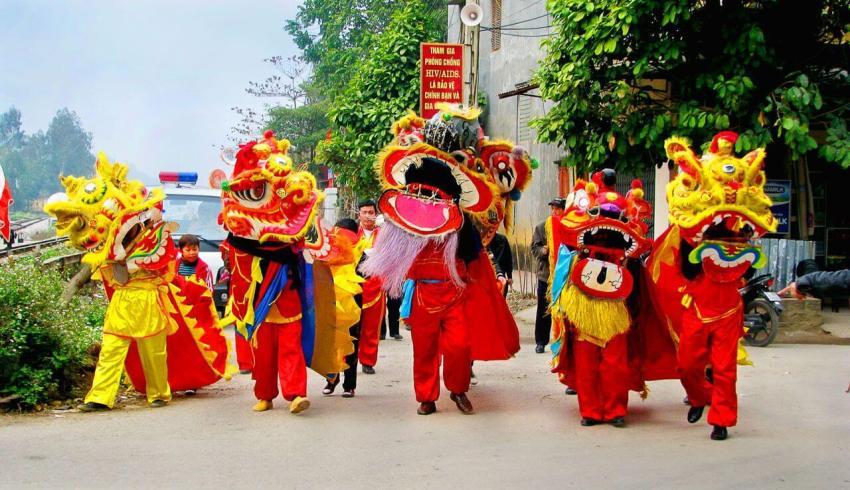 Уличное представление - танец дракона во Вьетнаме