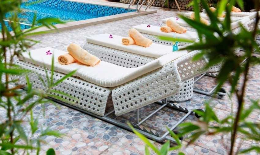 Лежаки возле бассейна