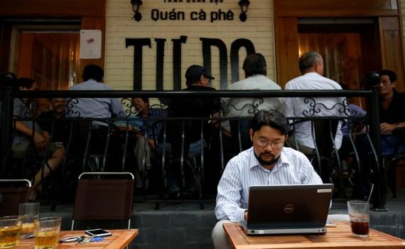 Nhà hoạt động Anh Chí (Nguyễn Chí Tuyến) tìm kiếm thông tin trên internet tại quán cafe Tự Do Hà Nội - Dù Mạng Xã Hội Việt Nam Bị Đàn Áp Mạnh Tay, Nhưng Nhiều Người Vẫn Không Hề Chùn Bước