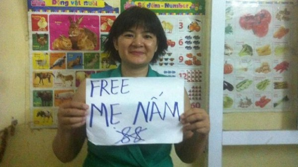 Tran_Thi_Nga_holds_a_sign_calling_for_the_release_of_imprisoned_blogger_Mother_Mushroom_in_October_2016_Source_HRW_VIETNAM-VOICE