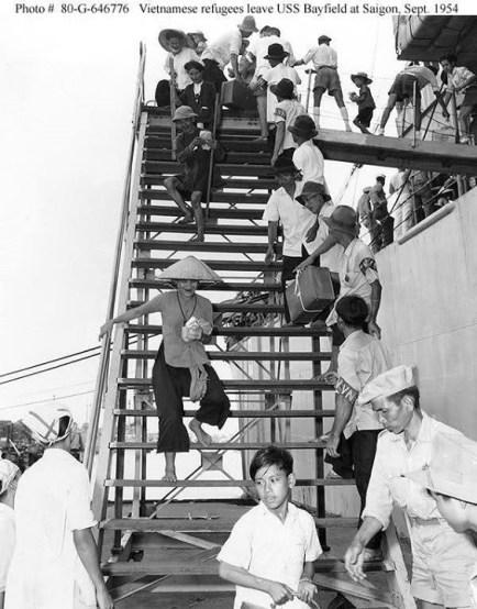 Người di cư miền Bắc (vào Nam) rời tàu Bayfield (APA-33) ở cảng Sài Gòn vào tháng 9 năm 1954.