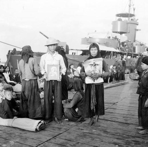 Đồng bào Công giáo Phát Diệm chuẩn bị lên tàu di cư vào Nam