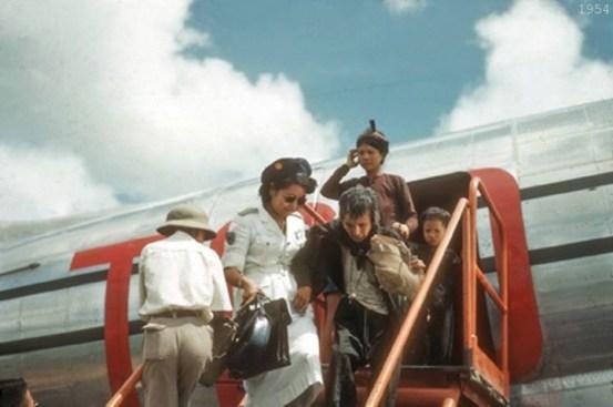Đồng bào Sài Gòn đón tiếp đồng bào Miền Bắc di cư vào Nam  ngay từ cầu thang máy bay. một bức ảnh màu được chụp tại Sài Gòn, 1954.  photo by Rufus Philips