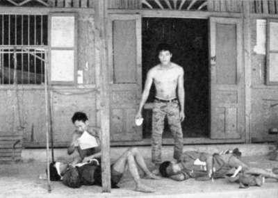Thuỷ Quân Lục Chiến quạt ruồi cho Thương binh Việt Cộng năm 1972