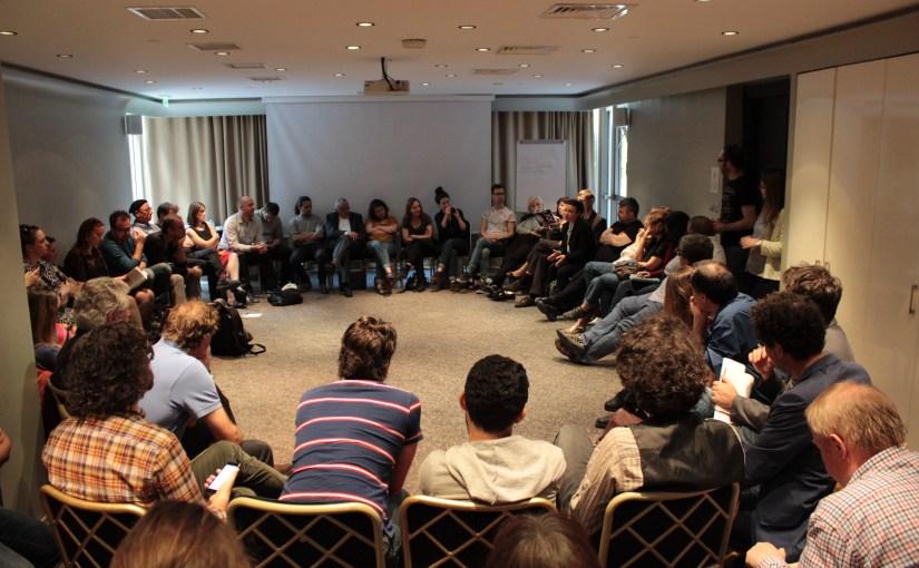 Leman Yilmaz, Festivalleiterin des 26. Istanbuler Theaterfestivals spricht mitden gemeinsam versammelten EURODRAM- und FENCE-Mitgliedern