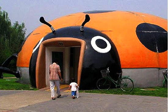 A Chinese public toilet looks like a theme park