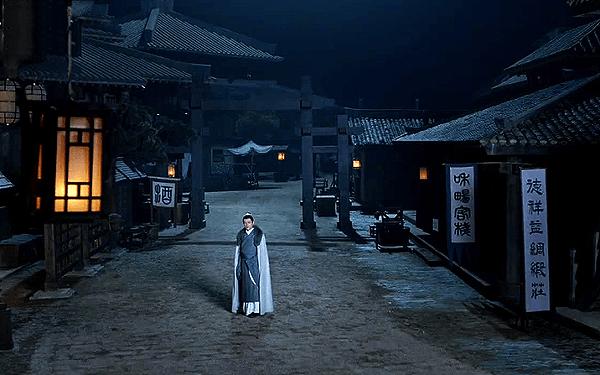 Mei Changsu walking on an empty night market alone