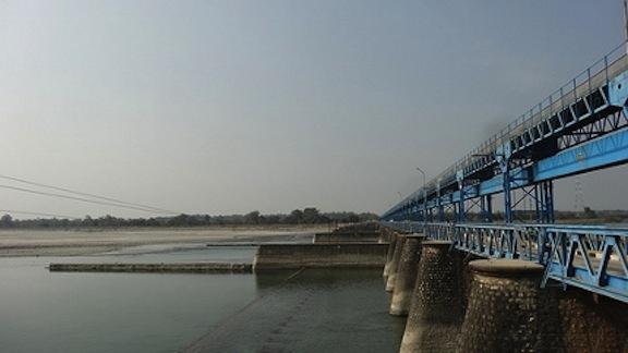The border crossing between India and Nepal on the Mahakali river. (Photo by psyska2013 via www.thethirdpole.net)