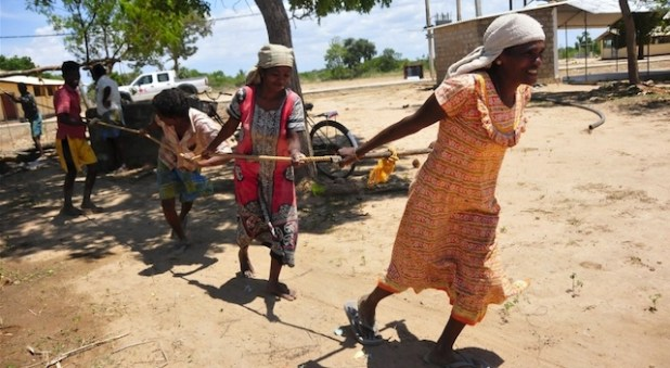 Women dig a deep well in the drought hit village of Alankulam in the Northern Province. (Photo by Amantha Perera/IRIN)