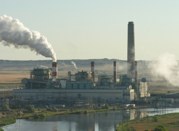 A coal-fired power plant in Wyoming. (Photo by Greg Goebel, Creative Commons License)