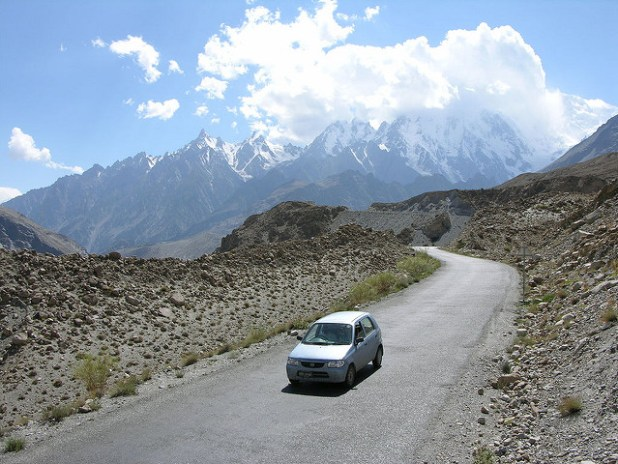 The road to Khujarab Pass border post between China and Pakistan, the Roof of the World through Silk Route (KKH). (Photo by Muzaffar Bukhari, CC license)