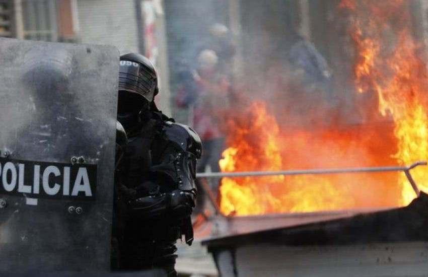 Investigarán muerte de 9 jóvenes en incendio en estación policial colombiana