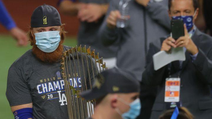 MLB no castigará a Justin Turner por no cumplir protocolos tras dar positivo a COVID-19
