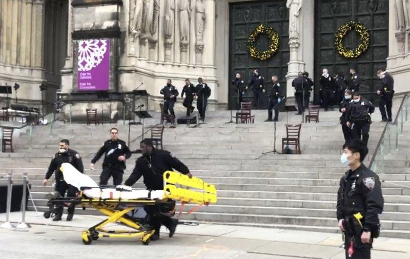 Policía balea a hombre armado en concierto en catedral de NY