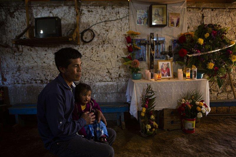Detienen a 12 policías acusados de matar a 19 en México