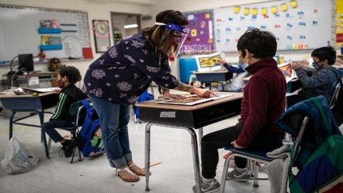 EE.UU recomienda reabrir las escuelas con uso obligatorio de mascarillas