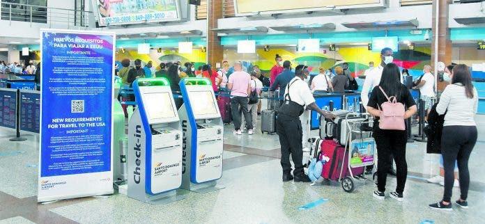 Viajeros ven alivio laboratorio para PCR en aeropuerto Las Américas