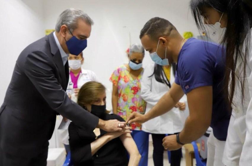 El presidente Abinader acompaña a su madre a vacunarse contra el COVID-19