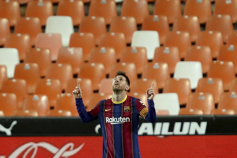 Messi mantiene al Barcelona cerca de la cima en España