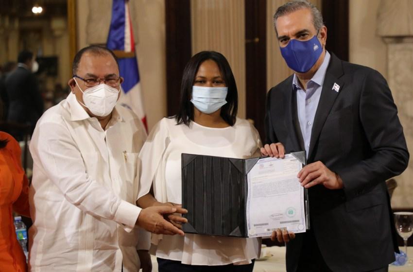 Presidente Abinader entrega 490 certificaciones de título inmobiliario