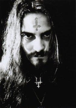 Death Metal músico Glen Benton às vezes usa uma cruz invertida em sua testa, como parte de seu ato.  É uma homenagem a São Pedro?  Não, ele é um satanista.  Pelo menos, ele é aberto sobre isso.  Cultura pop de hoje é toda sobre o engano ea hipocrisia.
