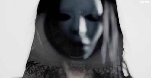 """Mujer con una máscara espeluznante """"Eyes Wide Shut"""" de tipo."""