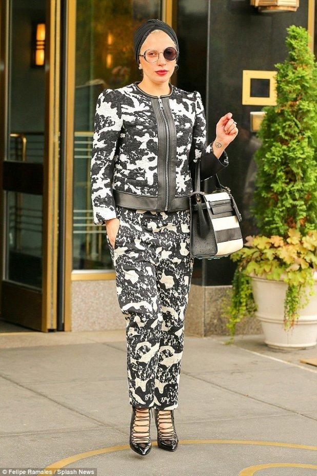 Enquanto isso, Lady Gaga ainda está andando por aí em algum lugar fazendo uma coisa permanente de um olho.