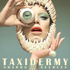 """O novo álbum de Sharon Needles é tudo sobre o sinal de um olho. Antes de eu chegar um comentário dizendo """"Sharon Needles é um herói transgender que precisa de ser aplaudido em todos os momentos"""", eu digo: """"Confira este próximo pic""""."""