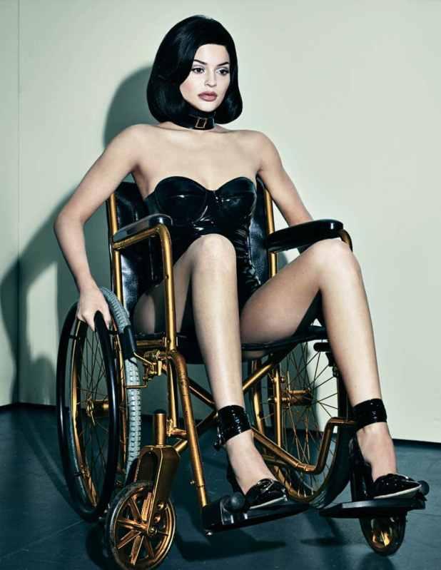 Esta foto dela em uma cadeira de rodas causou polêmica porque, principalmente, Kylie não está desativado, ele está sendo usado como uma espécie de declaração de moda nervosa. Mais importante, ele representa o verdadeiro handicap do Kylie: Gatinho Beta.