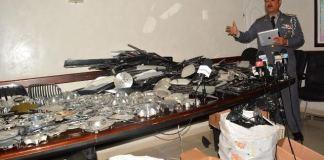 El vocero de la Policía Mateo Moquete muestra parte de los objetos ocupados