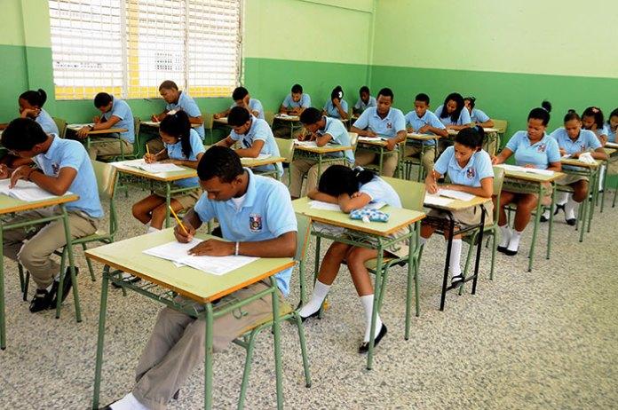 Estudiantes de 8vo grado reciben las Pruebas Nacionales.