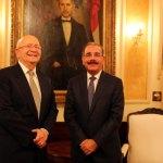 El Presidente Danilo Medina y el canciller Carlos Morales Troncoso durante la reunión de hoy en el Palacio Nacional.