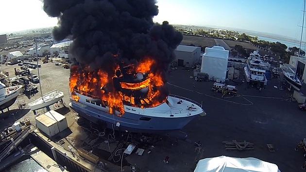 Dron capta el momento en que un yate de 24 millones de dólares arde en llamas