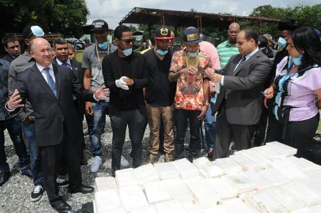 El procurador Francisco Domínguez Brito junto a los artistas urbanos queman las drogas incautadas.