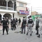Policías recorren las calles de Capotillo, escenario frecuente de enfrentamientos entre bandas rivales del negocio de las drogas y protestas sociales