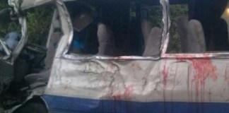 Condiciones en que quedó el minibus accidentado en la 6 de Noviembre. (Foto:El Caribe)