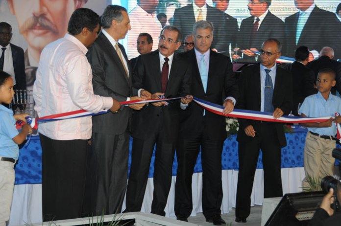 El presidente Danilo Medina corta la cinta que deja inaugurada varias escuelas en Barahona.