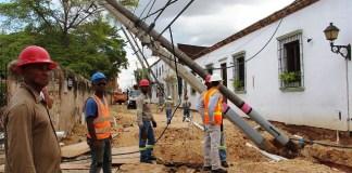 La caida de los postes dejó sin electricidad varios sectores de la parte baja de la ciudad. (Fotos: César Guzmán)