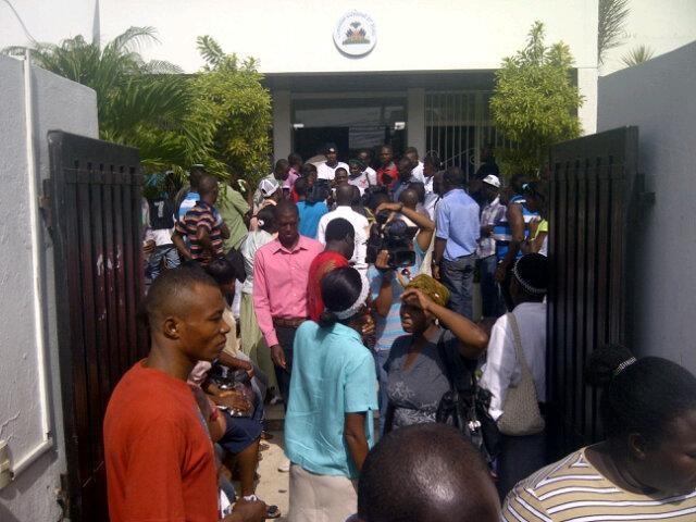 Decenas de ciudadanos haitianos se presentaron al consulado de su país en esta ciudad a exigir justicia.